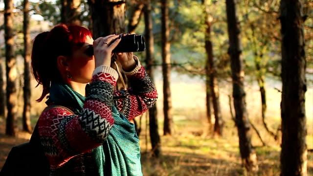 vídeos de stock e filmes b-roll de jovem mulher na caminhada viagem - observar pássaros