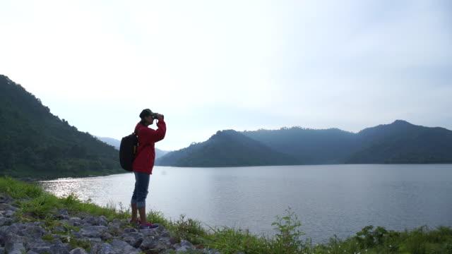 vídeos y material grabado en eventos de stock de mujer joven en viaje de excursionismo - mirar hacia el otro lado