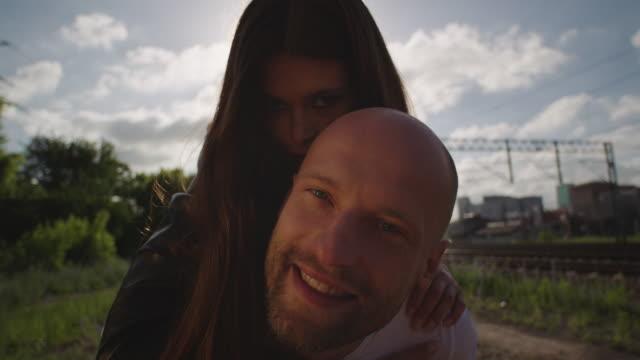 vidéos et rushes de jeune femme sur le dos de l'homme. style rock and roll. - rock face
