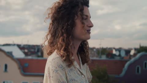 vídeos y material grabado en eventos de stock de young woman on rooftop terrace in berlin - tejado