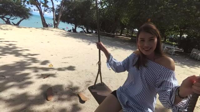 vídeos y material grabado en eventos de stock de mujer joven en hamaca - balancín