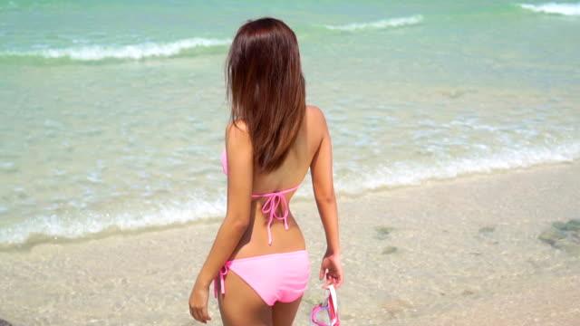 vídeos y material grabado en eventos de stock de mujer joven en la playa, cámara lenta - delgado