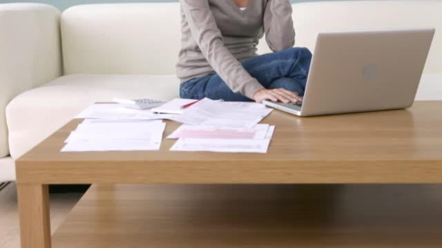 young woman on the phone using laptop - 金銭に関係ある物点の映像素材/bロール
