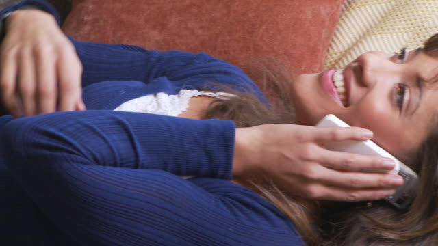 stockvideo's en b-roll-footage met young woman on the phone - achterover leunen