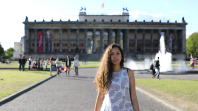 giovane donna in viaggio a berlino - germania durante le vacanze estive - tourist video stock e b–roll