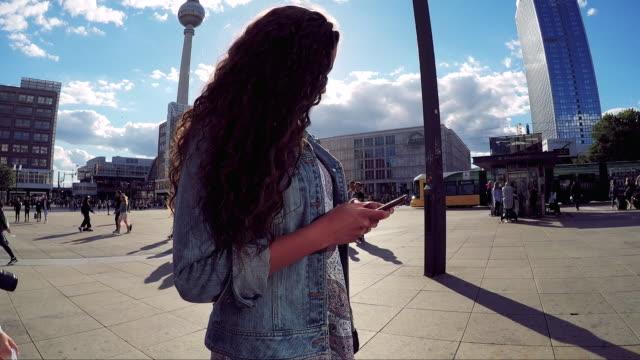 ベルリン - ドイツの夏の休暇中に旅行の若い女性