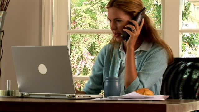 vídeos de stock e filmes b-roll de young woman online - telefone sem fio