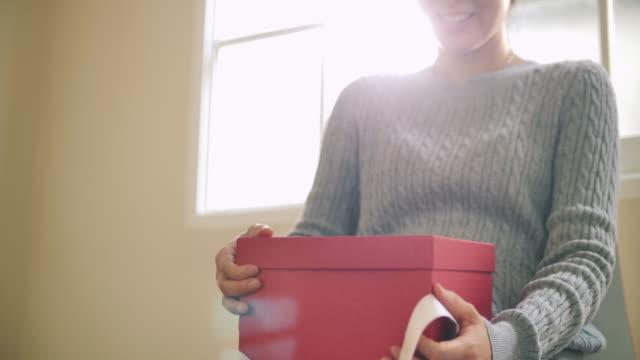 若い女性ギフトボックスを開く - 買い物袋点の映像素材/bロール