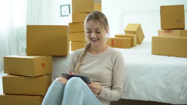 stockvideo's en b-roll-footage met jonge vrouw verpakking dozen met spullen, verhuizen van appartement, einde van huurcontract - karton