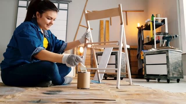 vidéos et rushes de chaise de peinture de jeune femme - chaise