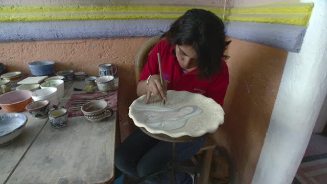 vídeos de stock, filmes e b-roll de ms zi young woman painting talavera pottery / puebla, mexico - camisa pólo