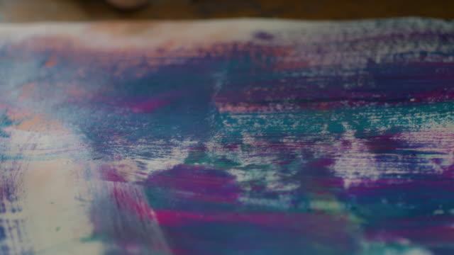 vídeos de stock, filmes e b-roll de young woman painting - técnica de imagem grunge