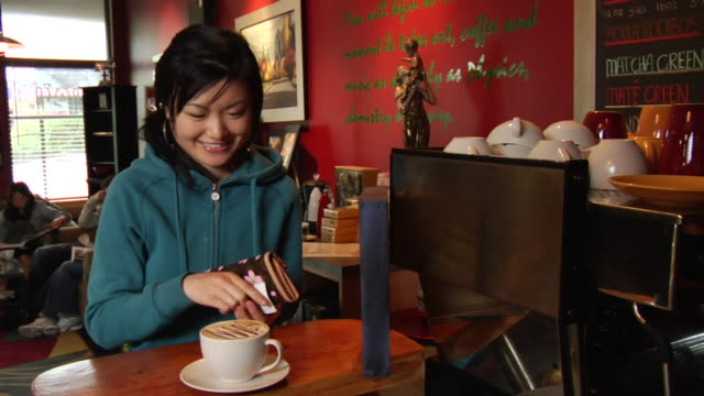 vidéos et rushes de cu young woman paying for drink at coffee shop counter/ vancouver, bc - kelly mason videos