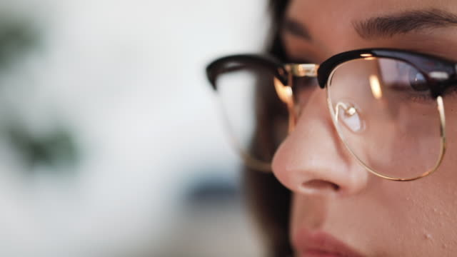 vídeos de stock, filmes e b-roll de mulher nova pensativa em sua tela de computador - página da web