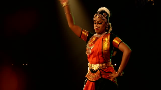 ms young woman performing bharatanatyam dance on stage / india - dreiviertelansicht stock-videos und b-roll-filmmaterial