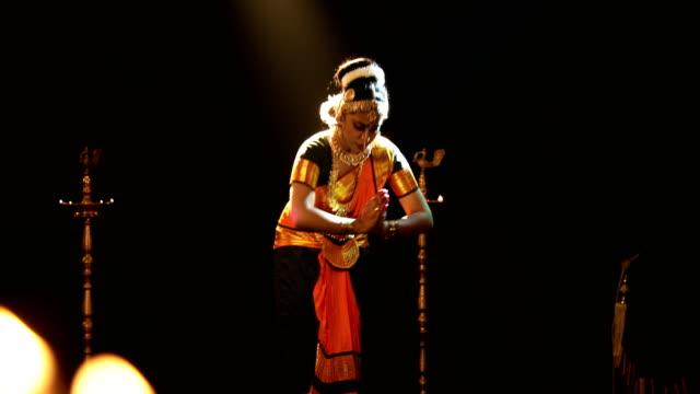 ms young woman performing bharatanatyam dance on stage / india - tre fjärdedels längd bildbanksvideor och videomaterial från bakom kulisserna
