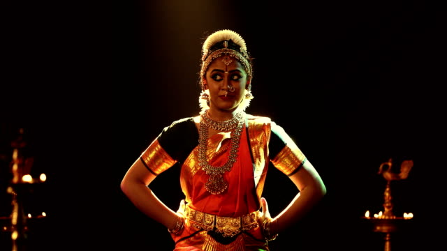 vídeos de stock, filmes e b-roll de ms young woman performing bharatanatyam dance on stage / india - plano americano