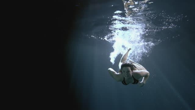 vídeos y material grabado en eventos de stock de ws slo mo young woman performing head first surface dive underwater / london, united kingdom - submarinismo