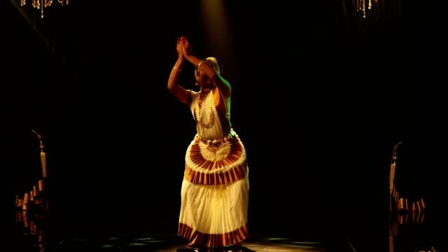 vídeos y material grabado en eventos de stock de ms young woman performing mohiniyattam dance on stage / india - manos ahuecadas