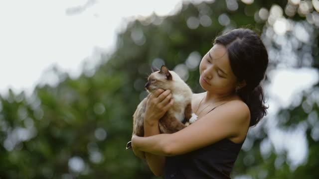 vidéos et rushes de jeune femme caresser un chat - propriétaire d'animal de compagnie