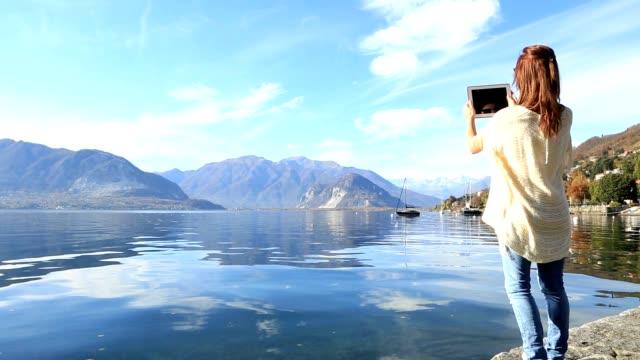 若い女性の写真撮影、湖の風景 - landscape scenery点の映像素材/bロール