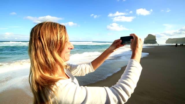 若い女性の携帯電話での風景を撮影