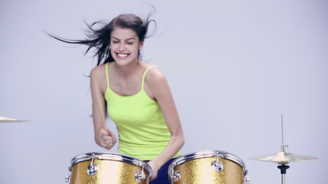 stockvideo's en b-roll-footage met young woman playing drums - mond open
