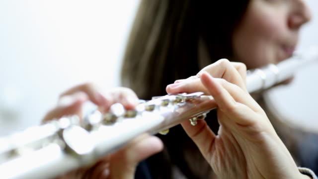 junge frau spielt flöte - jazz stock-videos und b-roll-filmmaterial