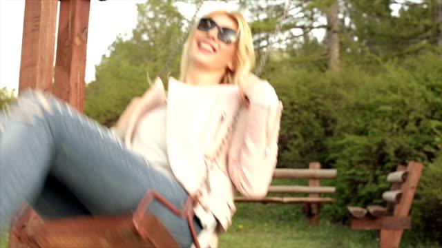 Jeune femme jouant sur un Swing.