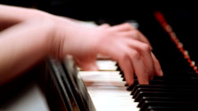 junge frau spielt klavier - pianist stock-videos und b-roll-filmmaterial