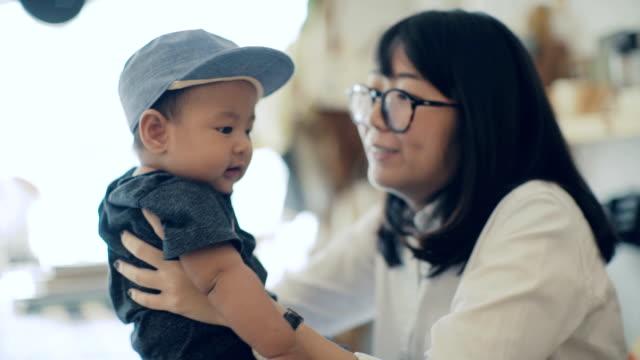 ung kvinna leker med pojke hemma - 6 11 månader bildbanksvideor och videomaterial från bakom kulisserna