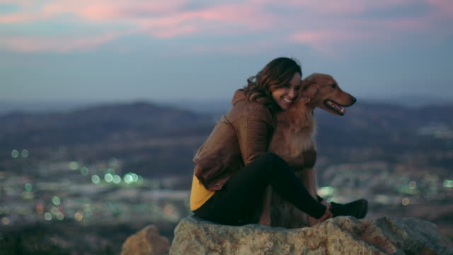 vidéos et rushes de ws young woman playing with her dog outdoors. - chien