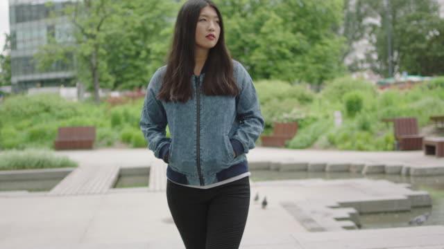 若い女性が市内中心部でポーズ - 口紅点の映像素材/bロール
