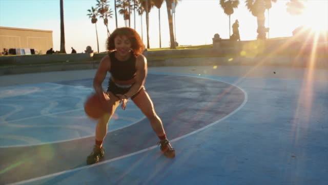 vídeos y material grabado en eventos de stock de joven practica baloncesto en las canchas de playa de venecia - santa monica los ángeles