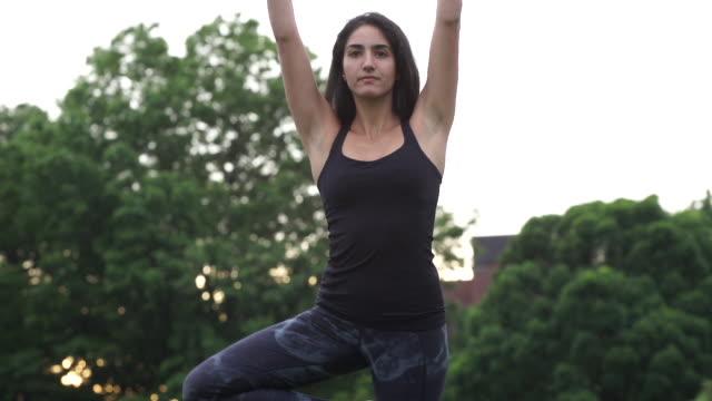 vídeos de stock, filmes e b-roll de a young woman practices yoga in prospect park, brooklyn - braço humano