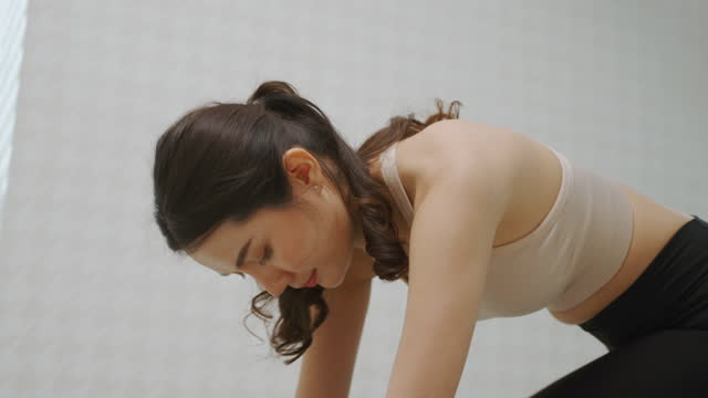 vídeos de stock e filmes b-roll de young woman practicing exercise at living room. - só mulheres jovens