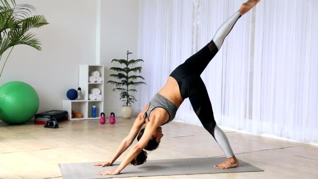 stockvideo's en b-roll-footage met young woman practicing yoga at home, delhi, india - menselijke ledematen