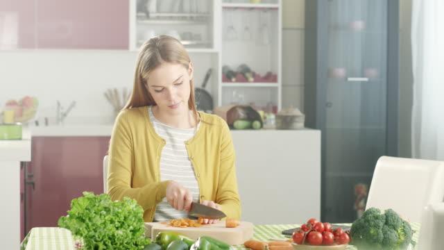 Junge Frau Essen zubereiten