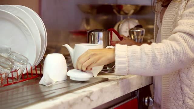 Junge Frau vorbereiten Kuchen in der Küche