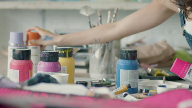 young woman preparing to paint - 塗る点の映像素材/bロール