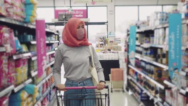 vídeos de stock e filmes b-roll de young woman protect yourself from the covid-19 with protective face masks, air pollution and anti-virus concept - modo de preparação de comida
