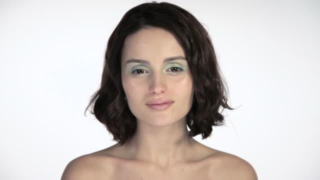 vídeos de stock e filmes b-roll de young woman putting finger to lips - dedo humano