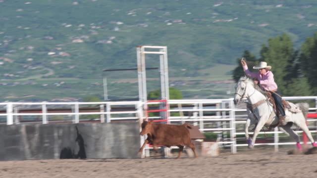 Junge Frau Rancher üben Steer roping