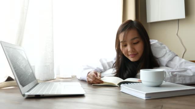 Junge Frau liest ein Buch wie zu Hause fühlen