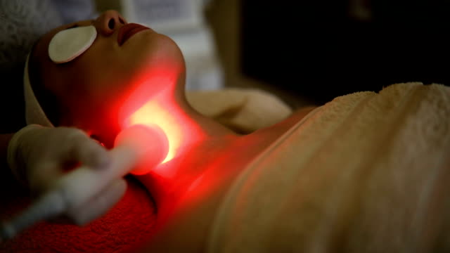 vídeos de stock e filmes b-roll de young woman receiving laser treatment - spa treatment