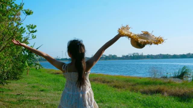 jeune femme se détendre au bord du lac en journée venteuse