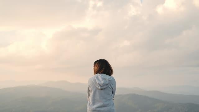 vidéos et rushes de relaxation de la jeune femme et de la liberté sur la montagne du haut - varappe