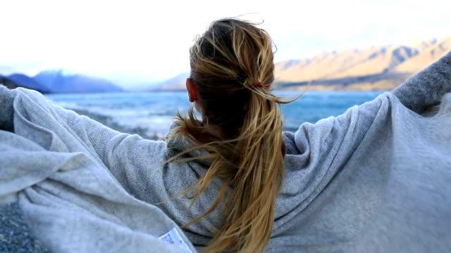 stockvideo's en b-roll-footage met jonge vrouw ontspannen door de lake - new age