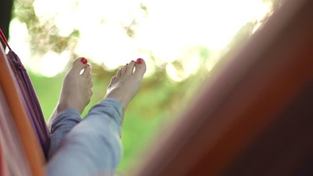 woman リラックスハンモックでいるスローモーション - ハンモック点の映像素材/bロール