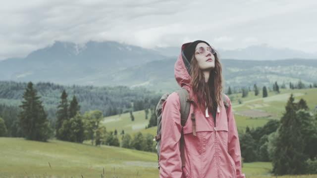 Junge Frau auf der Wiese entspannen. Frühling in den Bergen